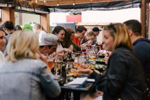 Eine Gruppe von Freunden sitzt beim Essen zusammen