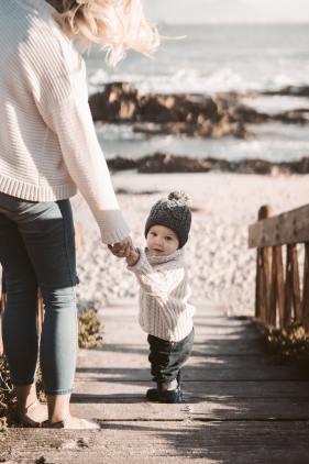 Frau hält Kind
