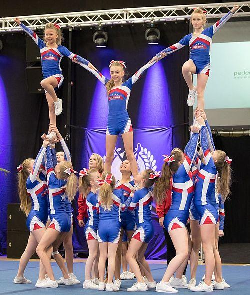 Cheerleaders indtager Globus1