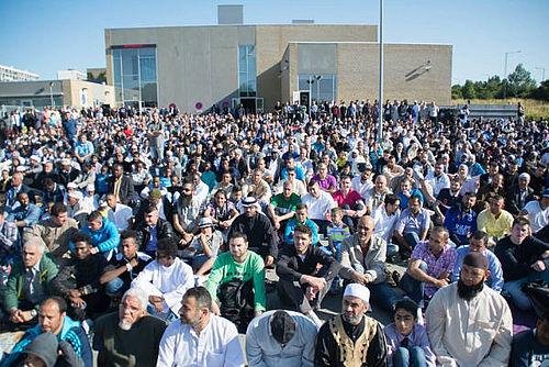 Over tusinde ventes til fælles fredagsbøn