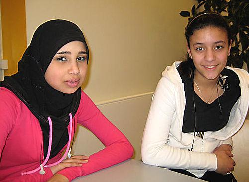 To aktive piger i unglederuddannelse
