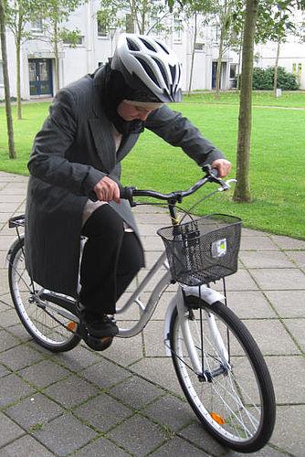 Etniske kvinder giver danskerne baghjul på cykel