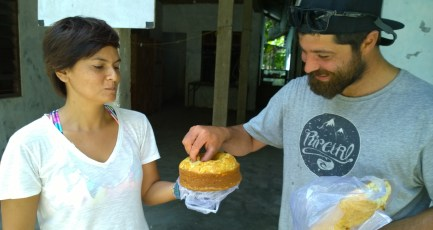 Gue dan Dom sibuk nyomotin banana cake