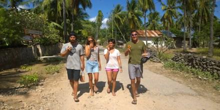berjalan balik ke surf camp dengan bahagia ( baca :  donut di tangan )