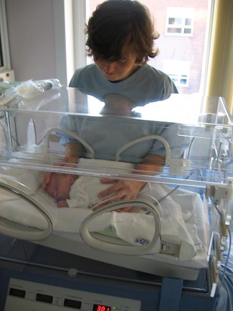 madre con uno de los gemelos prematuros