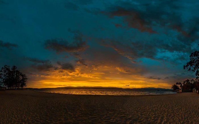 Vistas de la playa de AS Sinás al anochecer