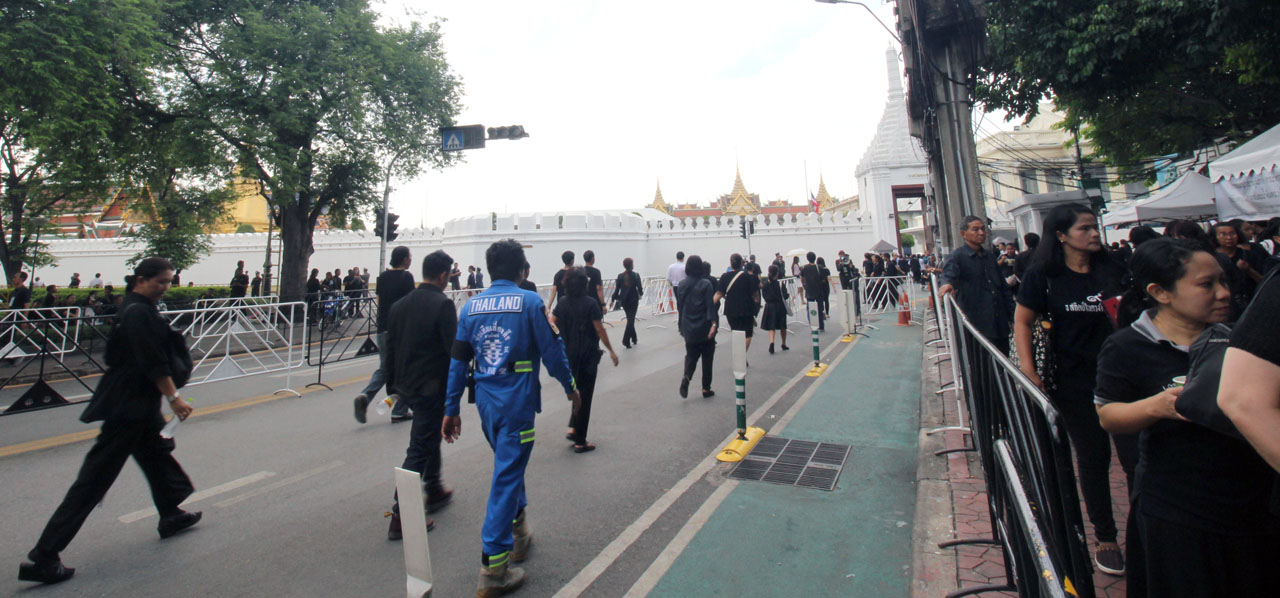 mourners in black for the Thai king