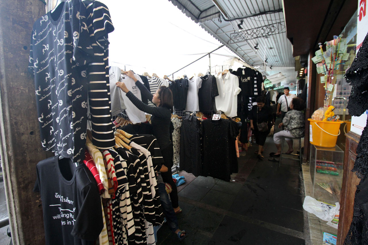 vendors selling black colored clothes for mourning the late Thai