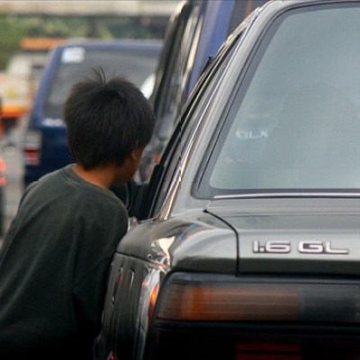 street child in traffic