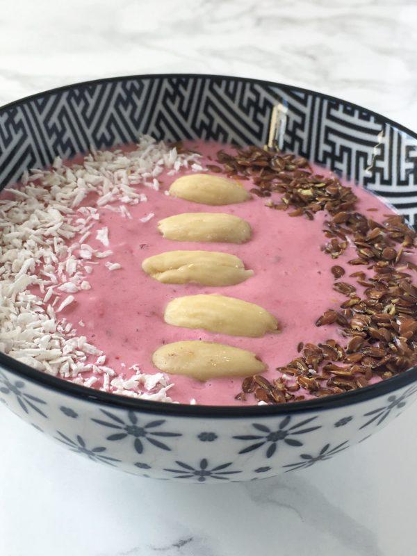 Protein Smoothie Bowl mit Himbeeren