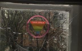 Счупеният прозорец на Rainbow Hub