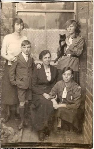 Group photo of Elizabeth Ann Davies / Elizabeth Ann Mason and family