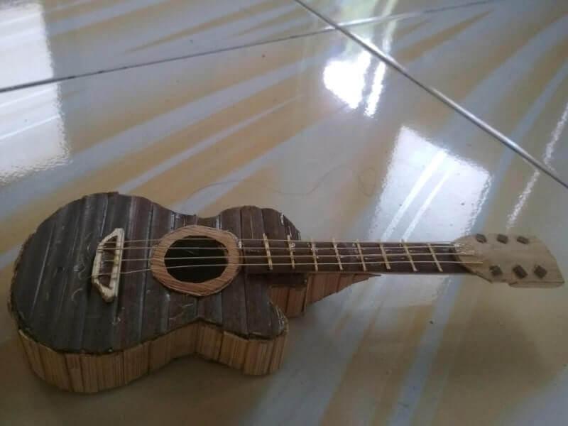 miniatur gitar dari bambu