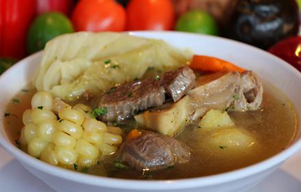 圖 3:Sancochado:以牛肉、馬鈴薯及其他蔬菜熬煮成的湯品。圖片來源:http://www.limacriolla.com/menu-type/sancochado-de-res/