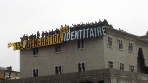 Protest členů Generation Identitaire na střeše Velké mešity v Poitiers 20. října 2012.