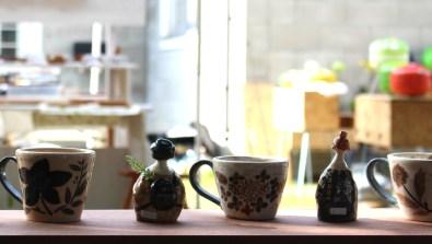 お客さんを見つめる陶器たち