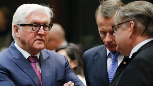 dpatopbilder epa05630780 German Foreign Minister Frank-Walter Steinmeier (2-L) , Estonian Minister of Foreign Affairs Juergen Ligi (2-R) and Finnish Foreign Minister Timo Soini (R) at the start of European foreign affairs council in Brussels, Belgium, 14 November 2016. EPA/OLIVIER HOSLET +++(c) dpa - Bildfunk+++
