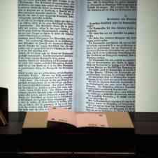 """Bernd Lintermann, Nikolaus Völzow, Peter Weibel: """"BIBLIOTHECA DIGITALIS: DAS KOMMUNISTISCHE MANIFEST"""", Installationsansicht »»generator 2018"""