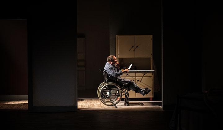Un homme en chaise roulante avec un couteau de cuisine