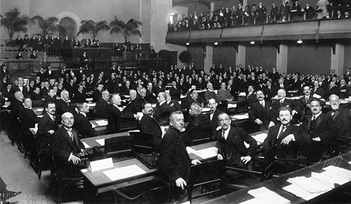 Photo en noir et blanc de fonctionnaires internationaux de la Société des Nations en 1920