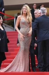 Blake Lively, égérie L'Oréal Paris, en Atelier Versace, escarpins Christian Louboutin et bijoux Lorraine Schwartz