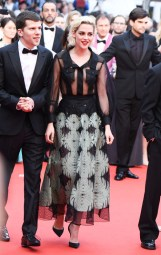 Jesse Eisenberg en Louis Vuitton et Kristen Stewart en robe Chanel de la collection croisière 2017, escarpins Christian Louboutin et bijoux Chanel Joaillerie