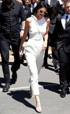 Kendall Jenner en combipantalon et sandales Jimmy Choo sur la Croisette