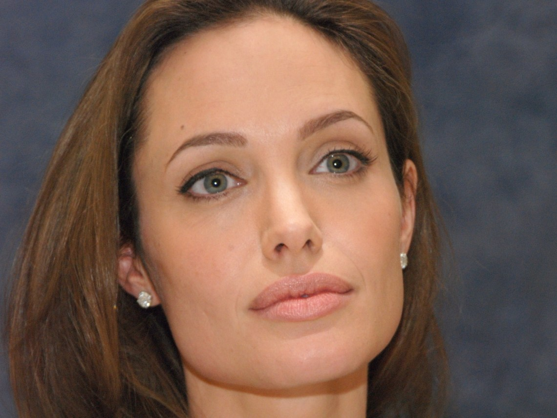 Angelina Jolie finds out she has a genetic predisposition to breast and ovarian cancer