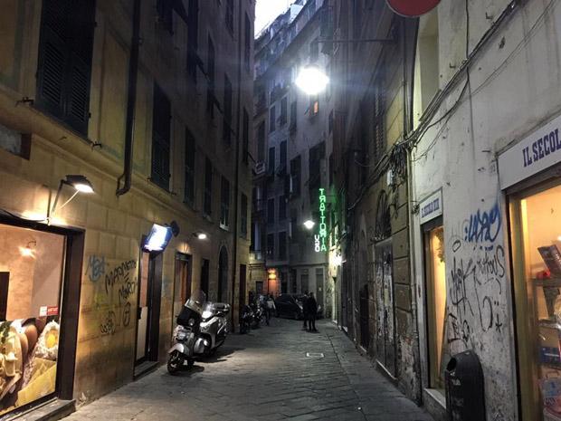 Aggredisce e aizza il cane contro una ragazza, arrestata in via Giustiniani
