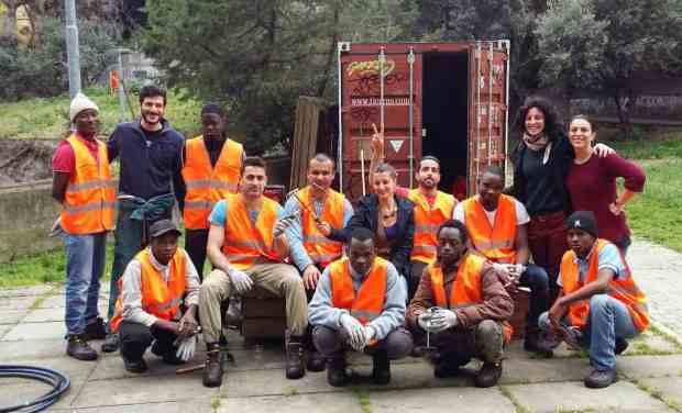 Equipe di lavoro Demetra migranti lavoro giardini di plastica