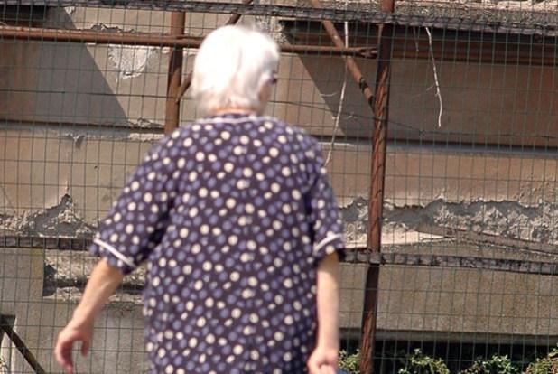 anziana di spalle