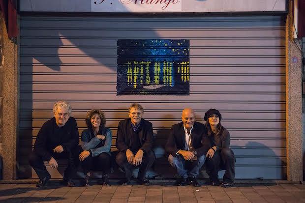 Scaramuzzini, Naddeo, Pennac, Bisio e Angiolini davanti a una delle saracinesche di via Buranello