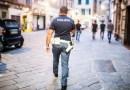 Diciassettenne ruba vestiti e picchia l'addetto alla sicurezza: arrestato dalla polizia