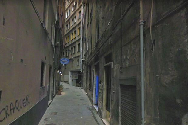 Cadavere di un uomo trovato in casa in vico Giannini. Nell'appartamento sangue ovunque