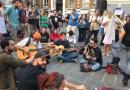 Vince la musica. Manifestazione degli artisti di strada, il Comune fa retromarcia sulle modifiche al regolamento – FOTO E VIDEO