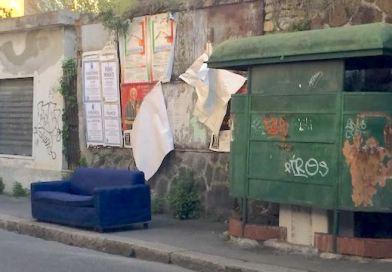 Un divano blu sul marciapiede in via Piombelli. Latita l'educazione civica e gli abbandoni si moltiplicano