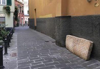 """Un materasso è """"comparso"""" nella notte in via della Maddalena"""