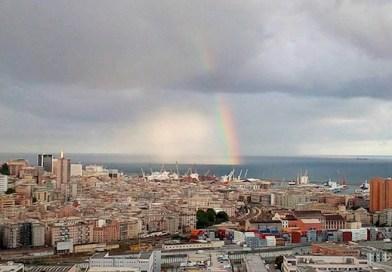 Spettacolare arcobaleno al largo di Sampierdarena