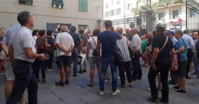 Depositi petrolchimici, il no di abitanti e ambientalisti con l'assedio pacifico al Municipio