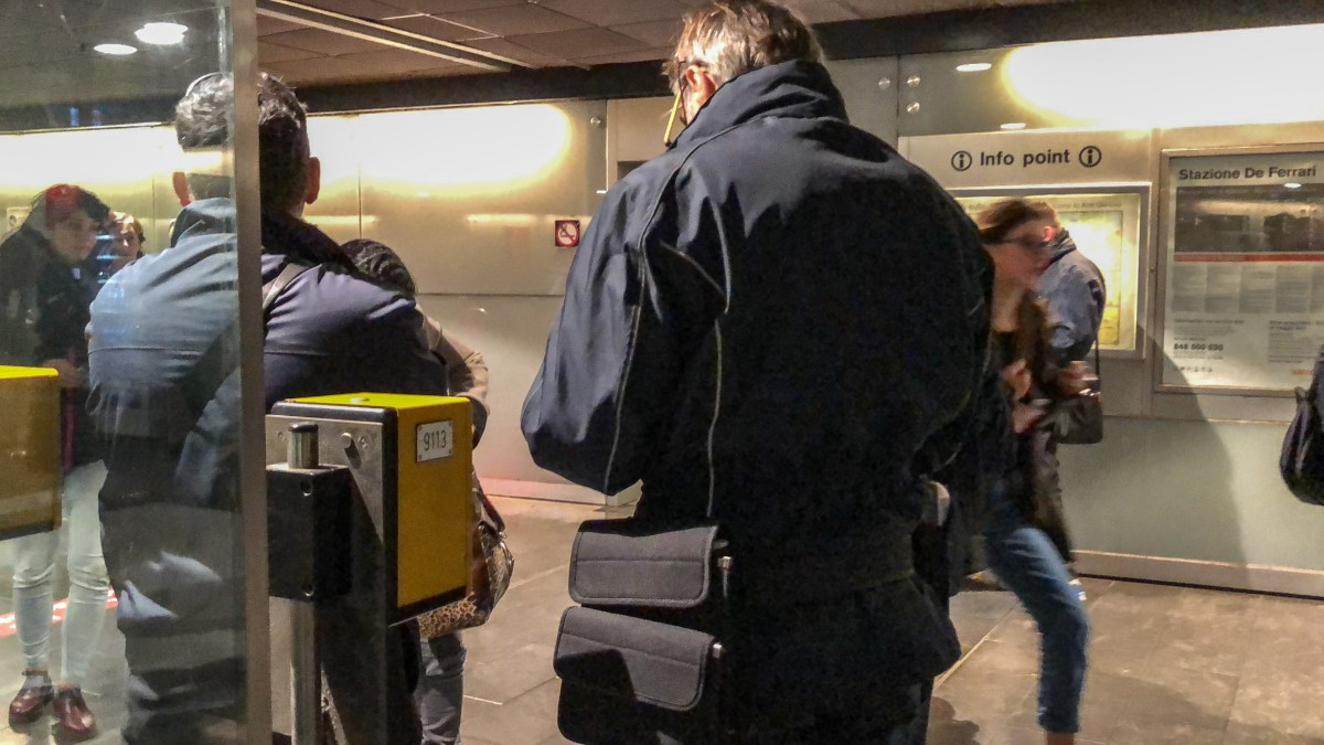 Quindicenne in metro senza biglietto dà un nome falso per sfuggire alla multa. Denunciato