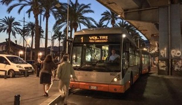 """Scippata del cellulare sul bus al capolinea a Caricamento: """"Tutti si sono voltati dall'altra parte"""""""