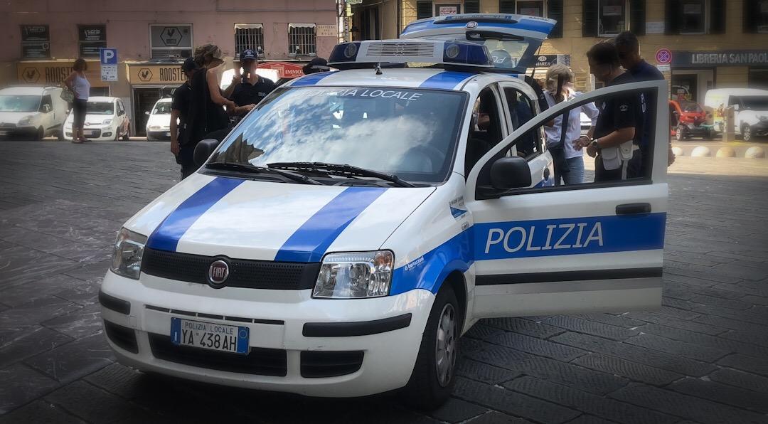 Anziano automobilista falcia 20 scooter in via Alessi, poi tenta per 2 volte la fuga