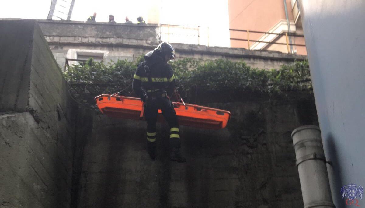 Si getta da un muraglione alle spalle del distributore di Genova ovest. Soccorsi in atto