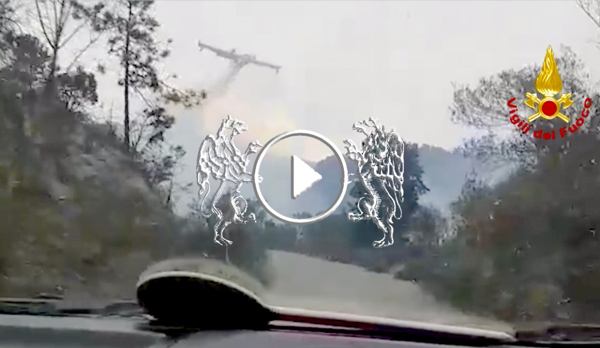 Incendio di Cogoleto, Canadair in azione. Riaperta la A10 verso Savona