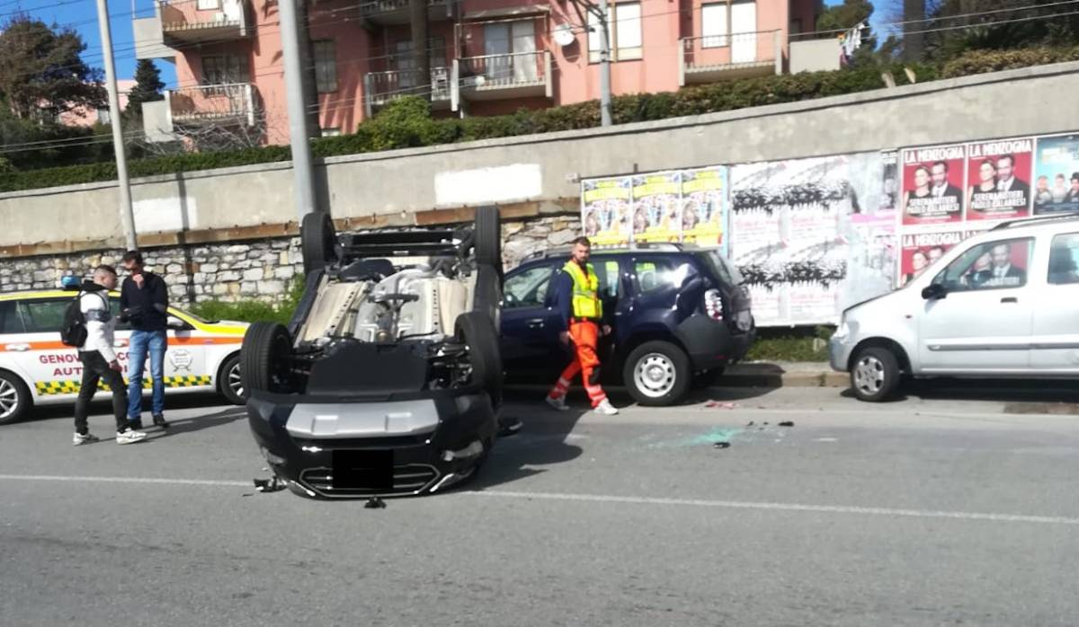 Auto capottata, donna trasportata in codice rosso al San Martino