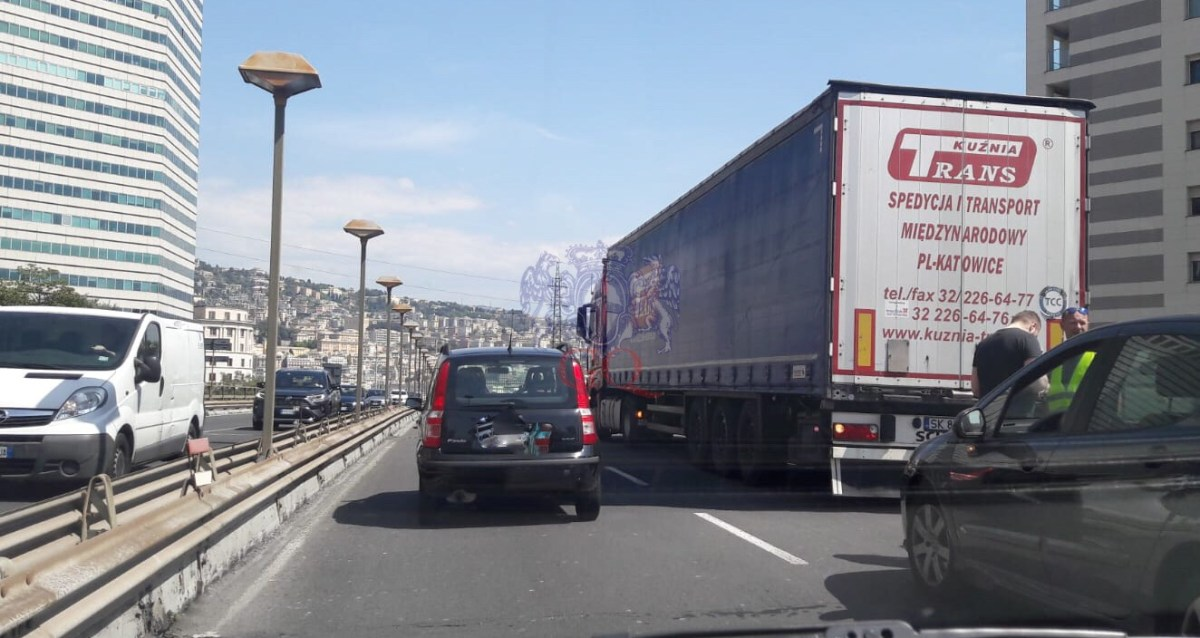 Incidente tra auto e camion in sopraelevata. Traffico in tilt