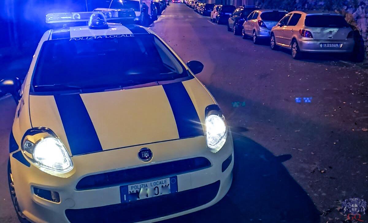 Liti e botte fuori dalla discoteca, la polizia locale divide i contendenti e sanziona 5 ubriachi