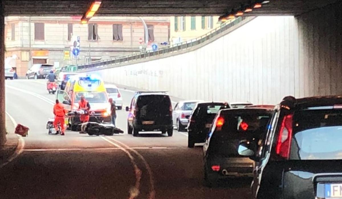 Incidente nel sottopasso di Staglieno, traffico in tilt