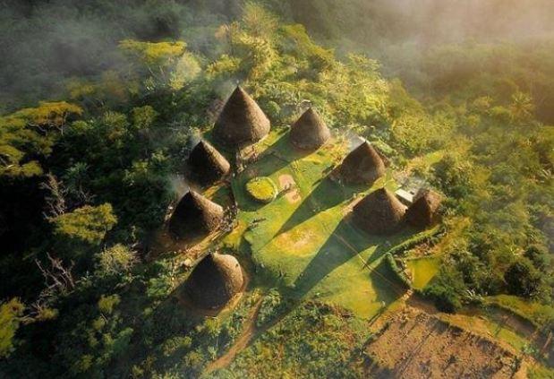 rumah adat Mbaru Niang