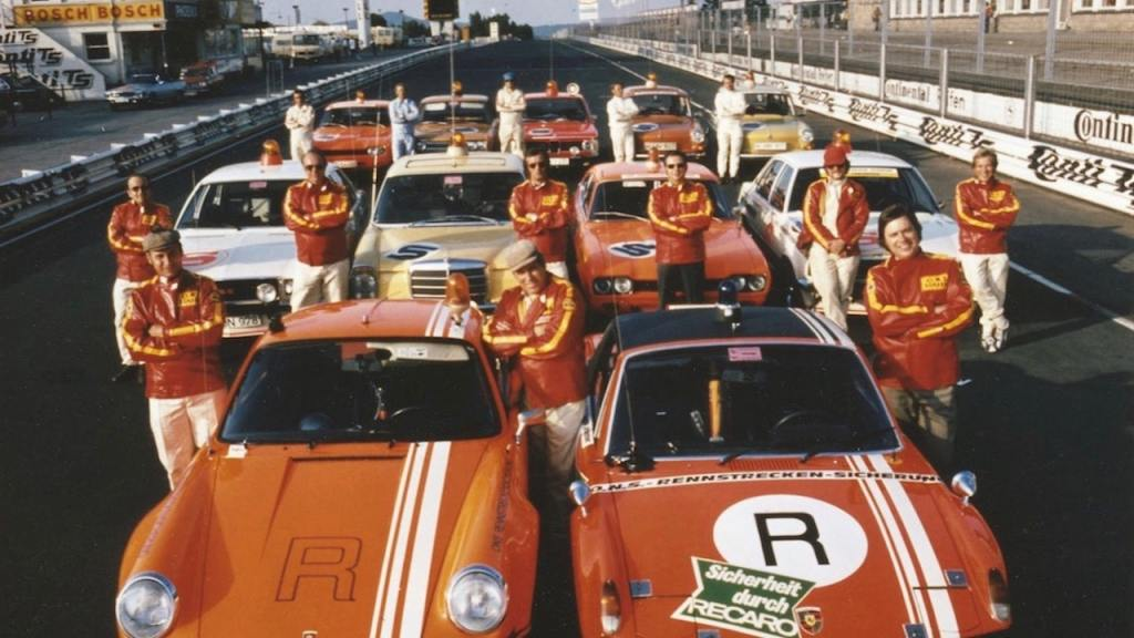 【TOPIC】伝説のドライバー、ヘルベルト・リンゲが語るポルシェでの日々。 | kkkare_track_safety_team_of_the_sport_s_governing_body_ons_1972_porsche_ag-min | 1枚目の写真 (全9枚)